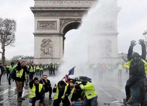 مواجهات بين الشرطة ومتظاهري السترات الصفراء في باريس
