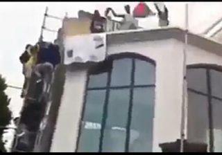 بالفيديو جزائريون يحتلون قنصلية إسرائيل في قلب فرنسا ويحرقون علم إسرائيل ويرفعون علم فلسطين 🇵🇸